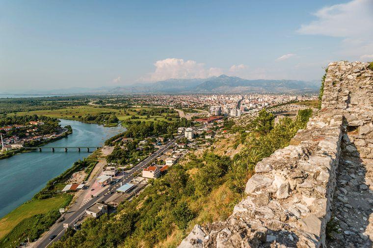Albanien ist perfekt für einen Roadtrip – von den Stränden an der Küste entland der Adria und dem Ionischen Meer Richtung Alpen im Landesinneren. Unterwegs können zahlreiche Burgen und archäologische Stätten sowie die Hauptstadt Tirana  besichtigt werden.