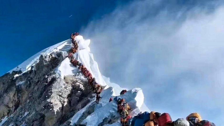 Aufgereiht wie auf einer Perlenkette hängen die Bergsteiger vor dem Gipfel des Mount Everest.