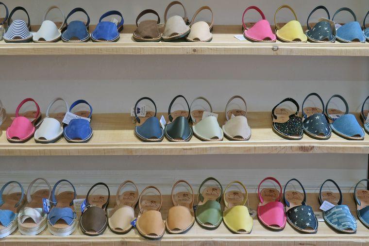 Die traditionellen Avarcas-Sandalen sind relativ günstig zu haben und ein perfektes Menorca-Souvenir.
