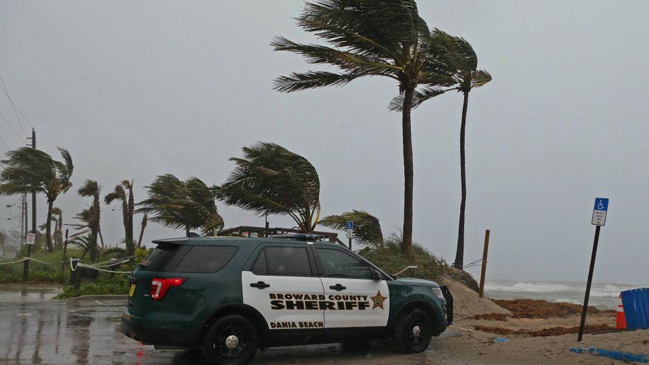 """Während der Tropensturm """"Gordon"""" über Florida zieht, steht ein Polizeiwagen am Dania Beach."""