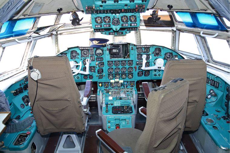 Besucher können das Cockpit der Iljuschin Il-62M erkunden.