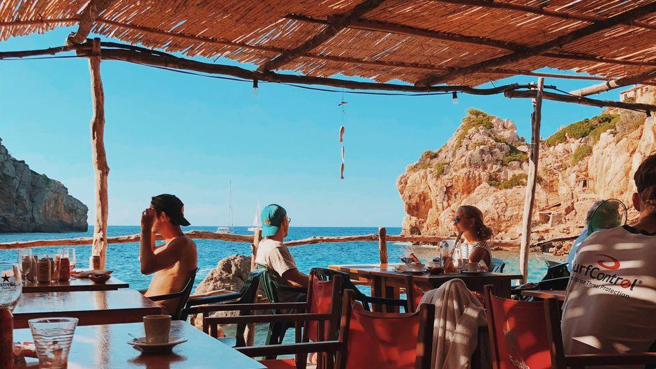 Besucher einer Strandbar auf Mallorca, Balearen.