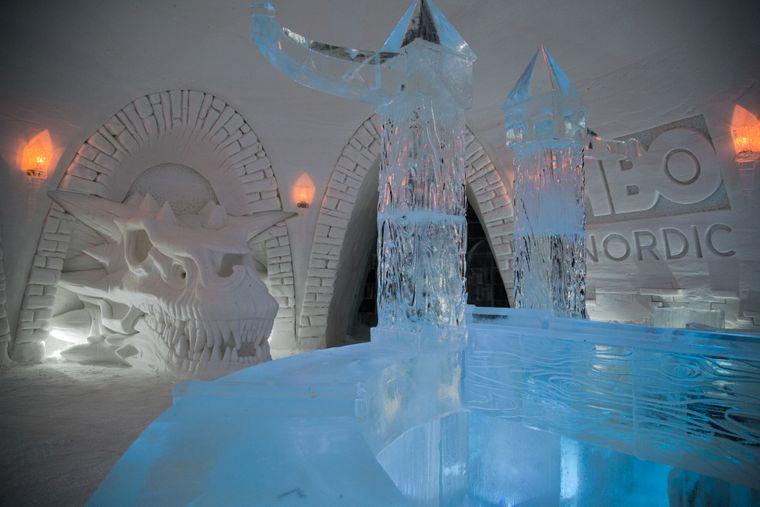 """Der Schädel des Drachen Balerion ziert eins der Iglus im finnischen Eishotel """"SnowVillage""""."""