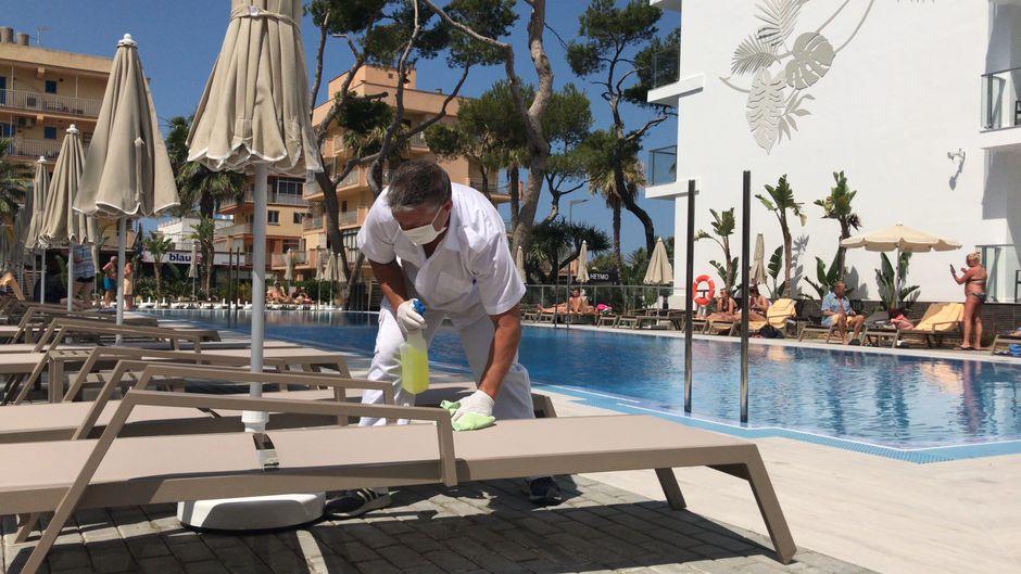 José Maria Delgardo reinigt die Liegen im Hotel Riu Concordia.