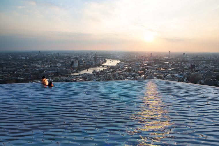 Zwei Schwimmer in einem Infinity-Pool in London.