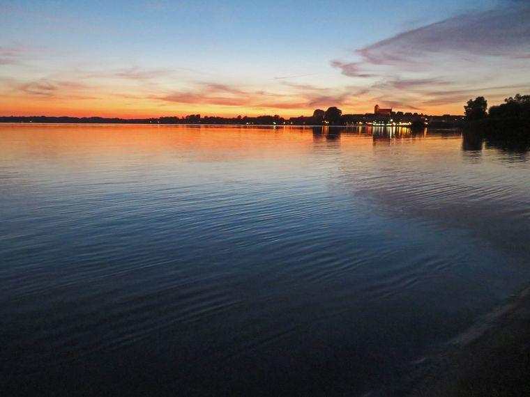 Sonnenuntergang hinter der Müritz, Mecklenburgische Seenplatte.