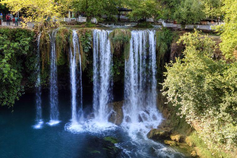 Die Düden Wasserfälle am Lara Beach in Antalya stürzen direkt ins offene Meer.