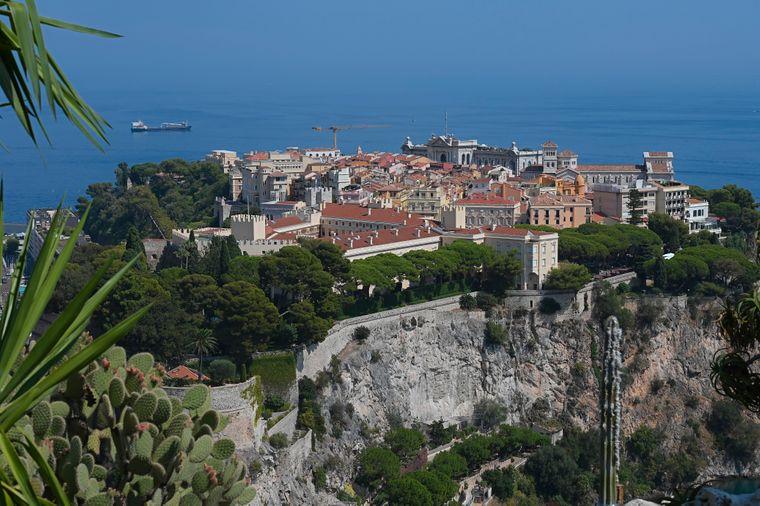 Wegen seiner Lage auf der Halbinsel wird der Stadtteil Monaco-Ville auch le Rocher, der Felsen, genannt.