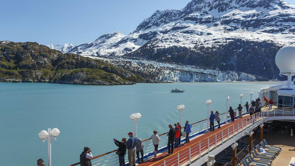 Ein Kreuzfahrtschiff der Princess Cruise Lines im Glacier-Bay-Nationalpark in Alaska.
