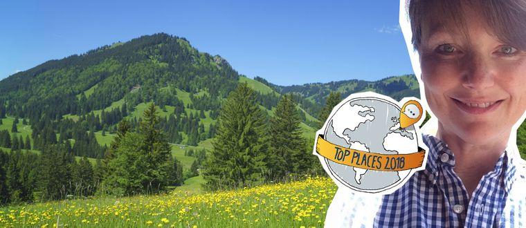 Fotomontage: Blühende Bergwiese am reisereporter Top Place Oberjoch im Oberallgäu.