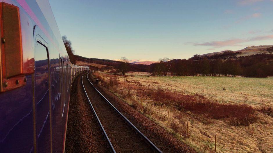 Blick aus dem Nachtzug Caledonian Sleeper in Großbritannien.