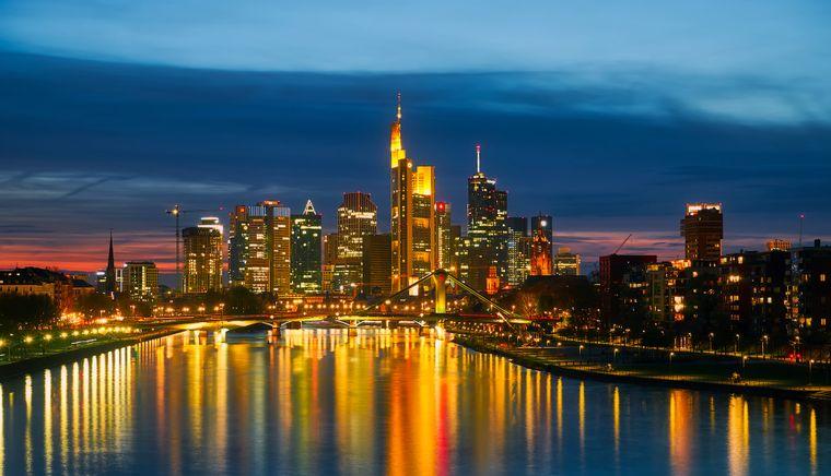 Schon in Deutschland gibt es zwei Städte namens Frankfurt – eine am Main (Foto) und eine an der Oder.