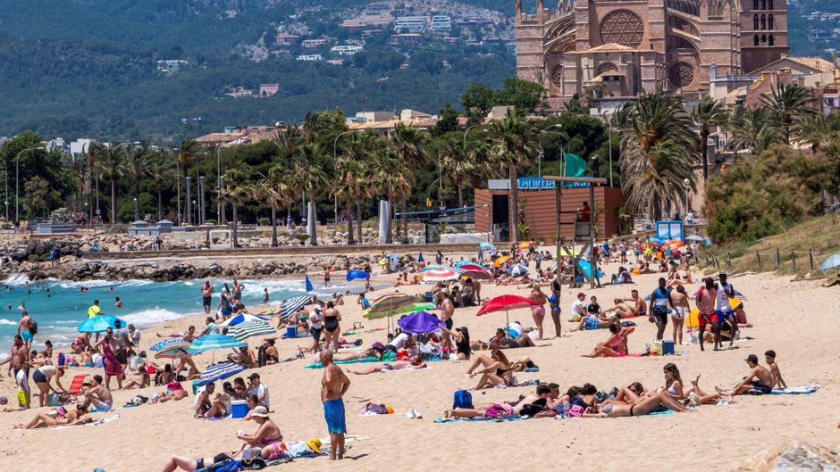 Menschen am Strand nach der Wiedereröffnung.