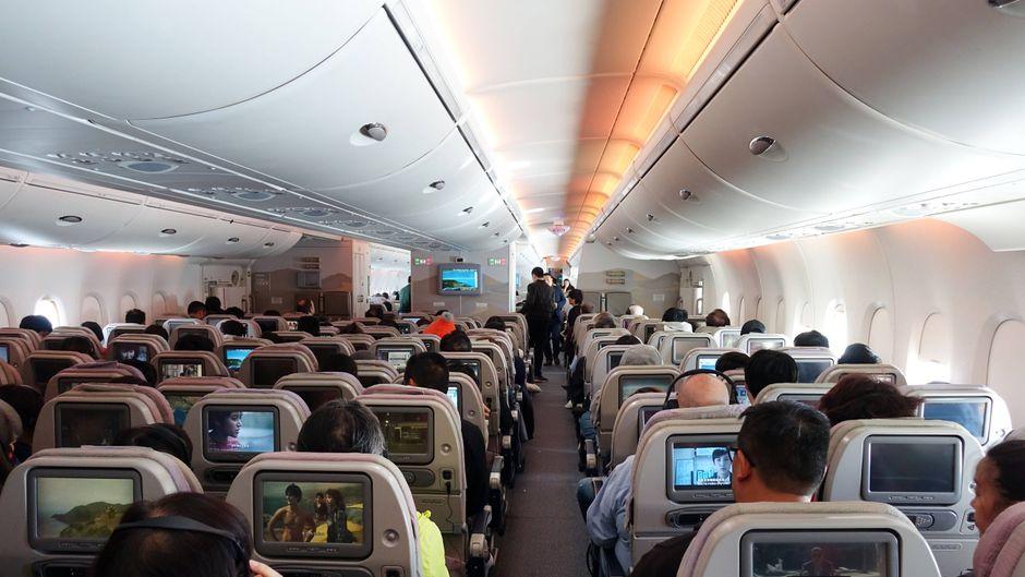 Ein guter Passagier nimmt Rücksicht auf seine Mitreisenden. Das hält eine Flugbegleiterin von Eurowings für besonders wichtig.