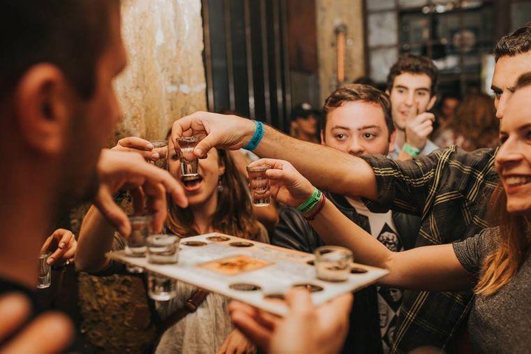 Das Nachtleben in Tel Aviv bebt. Bei den Touren von Eviatar Gover gibt es in jeder Bar ein Bier und einen israelischen Schnaps.