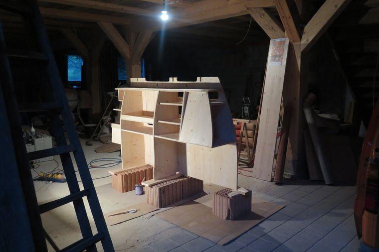 Küche, Schlafzimmer, Bad: Mit Unterteilungen aus Holz schaffte Körmi einen Wohnraum auf drei Quadratmetern.