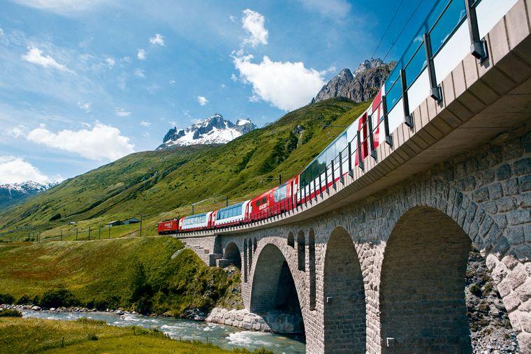 Glacier Express bei Hospental in den Schweizer Alpen