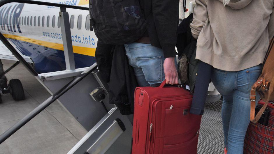 Fluggäste am Check-in-Schalter von Ryanair auf dem Flughafen Weeze.