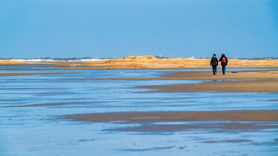 Zwei Spaziergänger am Wattenmeer auf Borkum. Touristische Aufenthalte sind dort, wie auf allen anderen deutschen Inseln auch, wegen der Corona-Pandemie verboten.