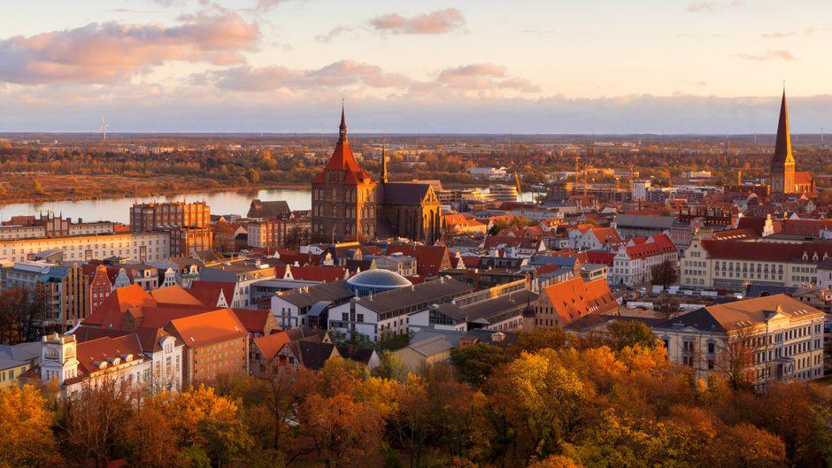Rostock von oben. Zwischen Warnow und Altstadt treffen sich in der Hansestadt die Leute.