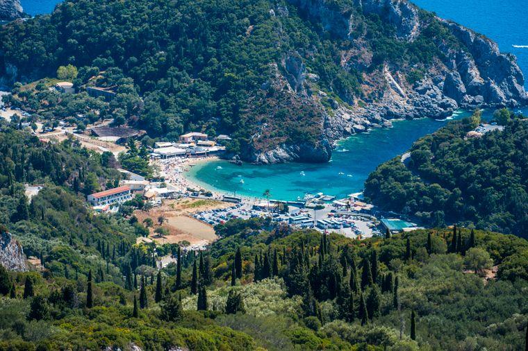 Direkt gelegen zwischen zwei Halbinseln, thront das Dorf Paleokastritsa an der türkis Küste.