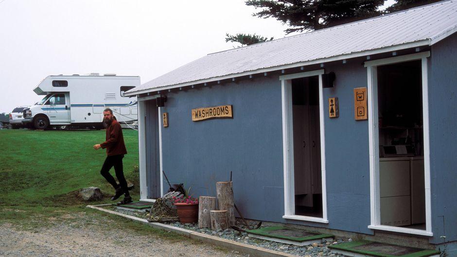Sanitäre Anlagen auf dem Campingplatz – du kannst dir auch selbst deine Dusche mitbringen.