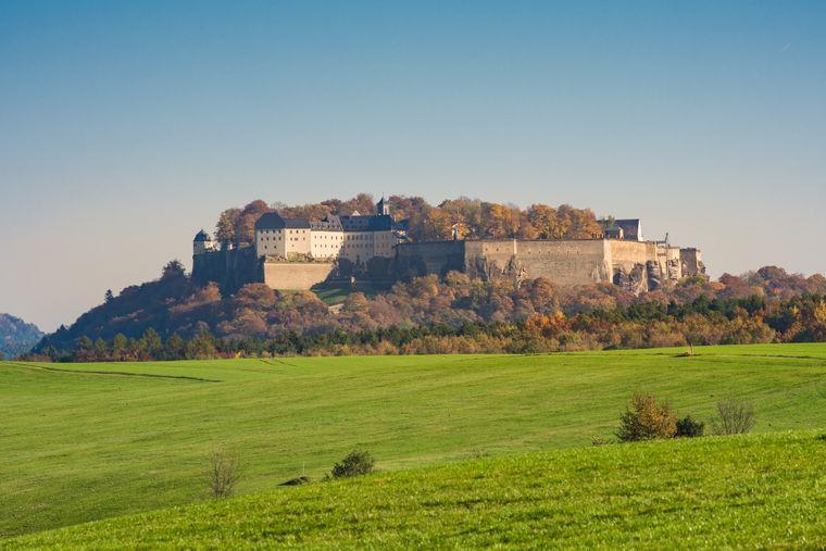 KönigsteinEuropas größte Bergfestung Königstein liegt auf einem Tafelberg oberhalb des gleichnamigen Orts in der Sächsischen Schweiz.