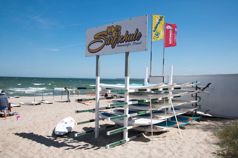 In der Surfschule kannst du die unterschiedlichsten Wassersportarten ausprobieren.