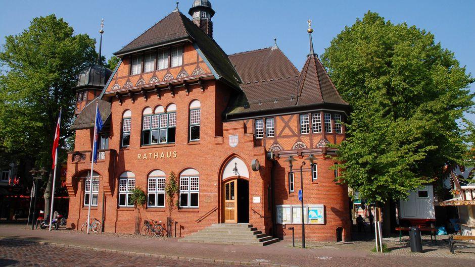 Fehmarn begeistert im Inneren der Insel mit seinem schönen Rathaus.