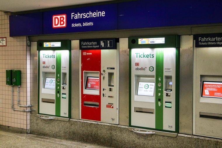 Fahrkartenautomaten in Bahnhöfen: Bald die einzige Möglichkeit, eine Papierfahrkarte zu kaufen.