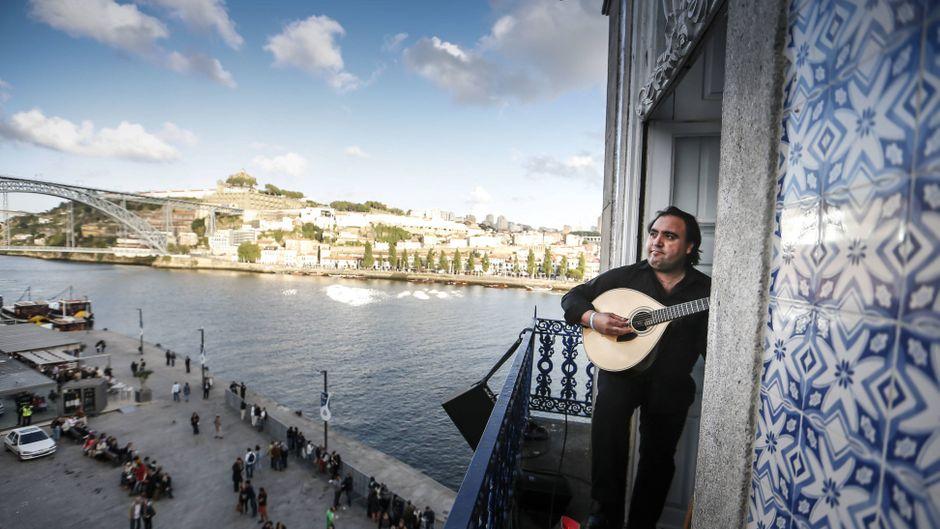 Wenn du Glück hast, entdeckst du eine öffentliche Fado-Show unter freiem Himmel wie hier in Porto.
