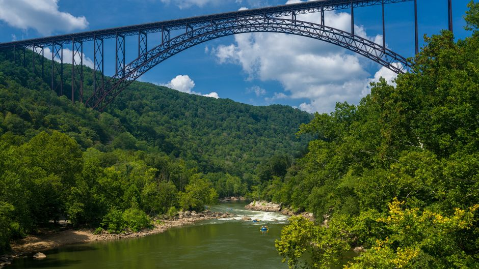Wildwasser-Raftig bei der New River Bridge im  New River Gorge National Park.