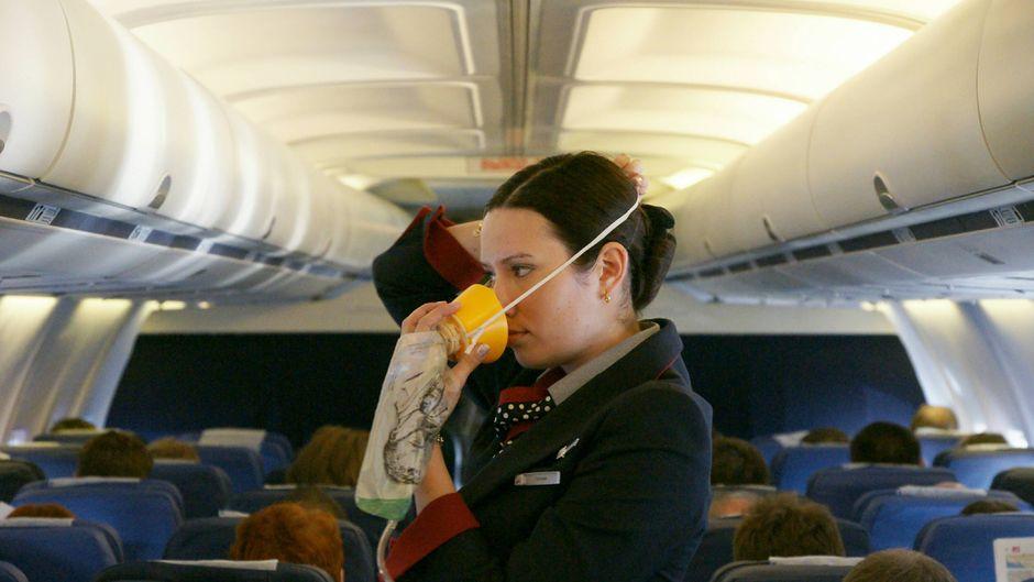 So wird's gemacht: Die Sauerstoffmaske gehört über Mund und Nase.