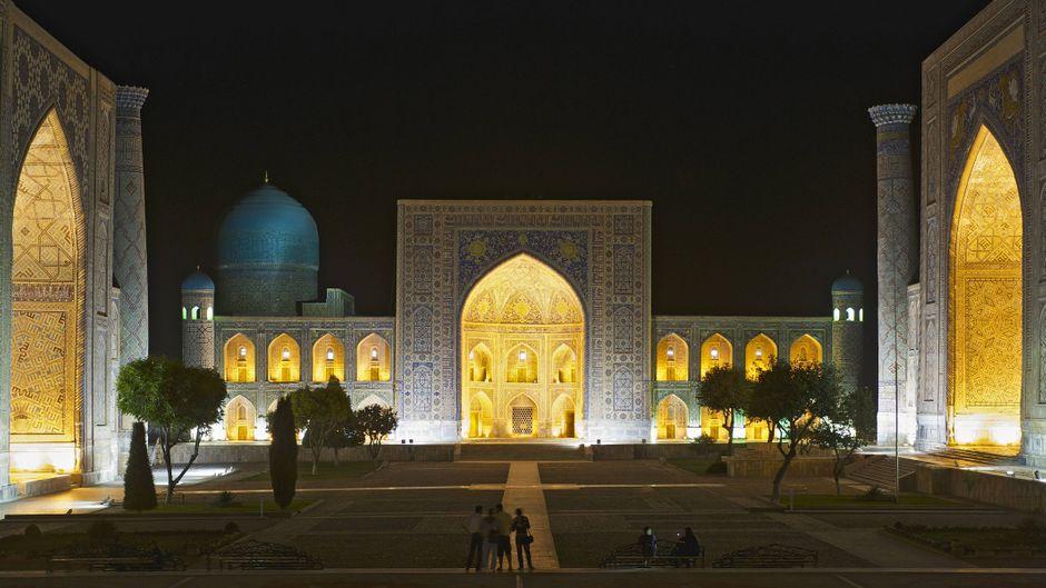 Nacht am Registan-Platz in Samarkand in Usbekistan mit Ulugbek-Madrasa, Tilya-Kori Madrasa und Sher-Dor-Madrasa.