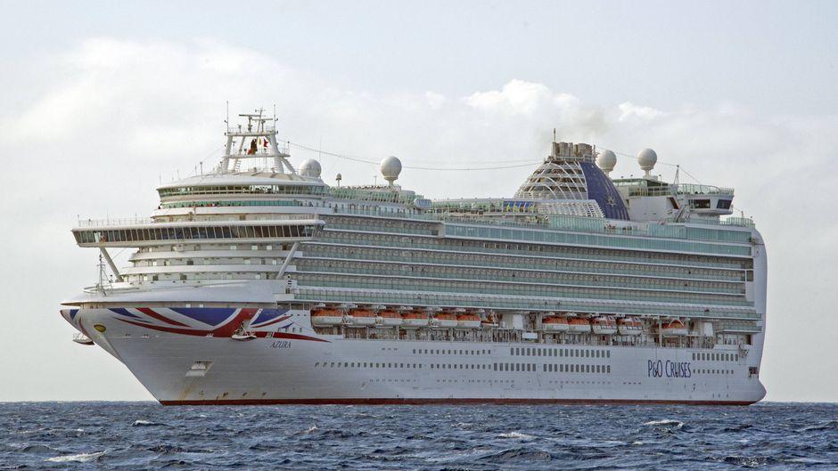 """Die """"Azura"""" von P&O Cruises auf dem Meer."""