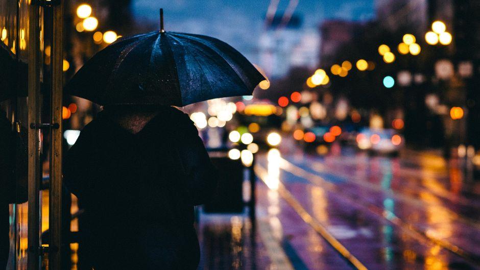 Du bist in Wismar und es regnet? Kein Grund, gleich wieder abzureisen. Die Stadt ist auch bei Schmuddelwetter schön. (Symbolbild)