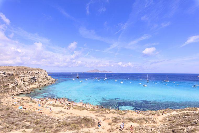 Der malerische Strand Cala Rossa auf der italienischen Insel Sizilien.