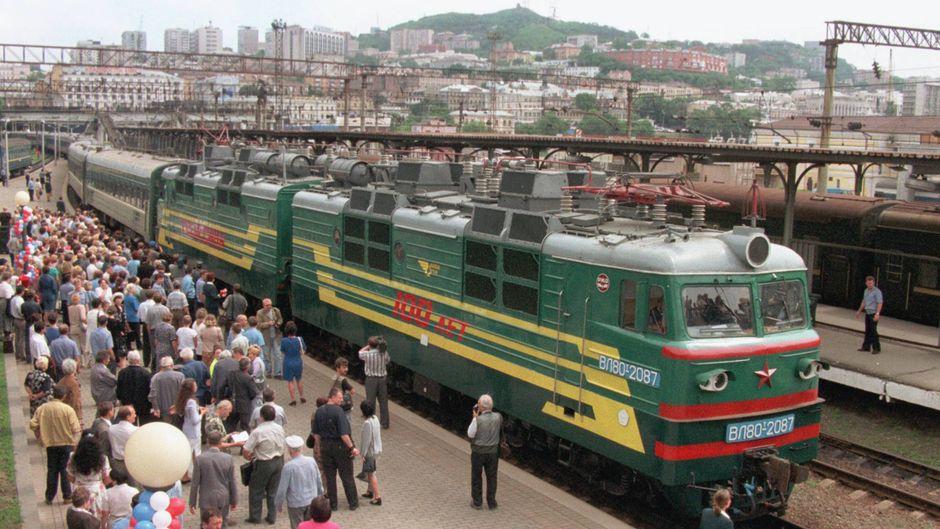 Die Transsibirische Eisenbahn ist seit ihrem Baubeginn im Jahre 1891 eine echte Legende. Mit ihren 9.288 Kilometern zwischen Moskau und Wladiwostok ist sie die längste durchgehende Eisenbahnverbindung der Welt.