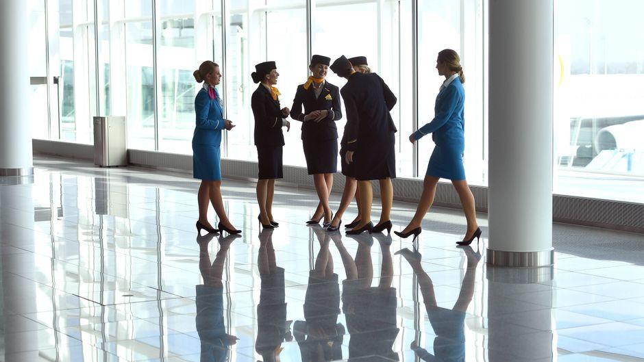 Flugbegleiter und Flugbegleiterinnen checken die Passagiere vor allem beim Einsteigen ab. (Symbolfoto)