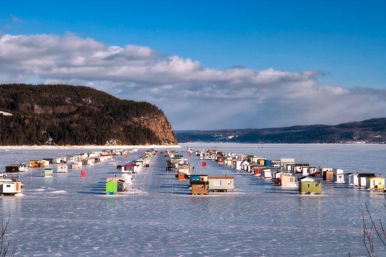 Auf dem Eis in der Benjaminbucht von La Baie am Saguenay-Fjord entsteht im Winter ein kleines Dorf aus rund 450 Eisfischerhütten.