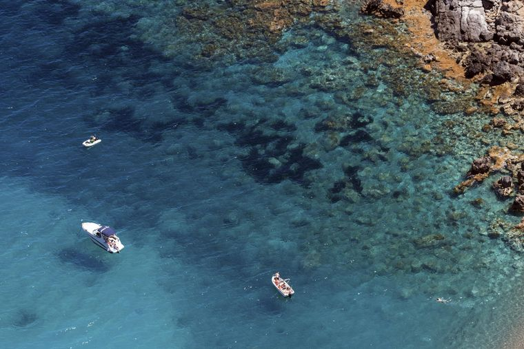 Alcúdia von der Meer-Seite aus erkunden: Das kannst du bei einer Bootsfahrt mit einem Katamaran oder selbst als Kapitän auf einem gemieteten Boot. Sogar ohne Führerschein!
