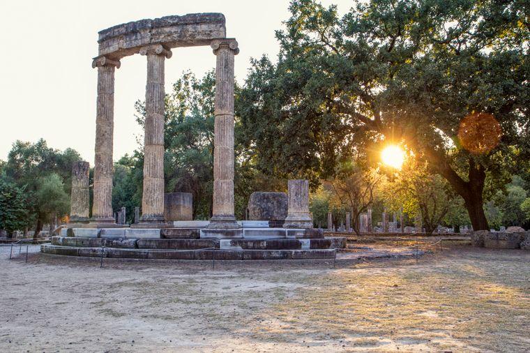 Alte griechische Ruinen sehen besonders schön im Licht des Sonnenuntergangs aus.