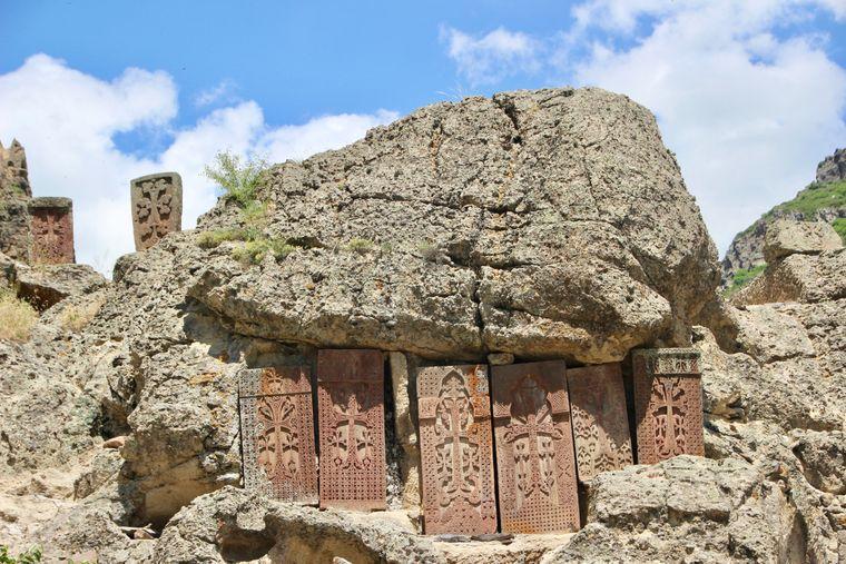 Kreuzsymbole in einem Felsen in Armenien.
