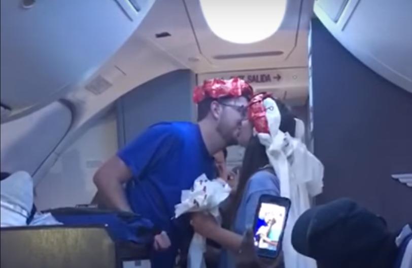 Taylor und Mikaela küssen sich nach der Hochzeit im Flugzeug.