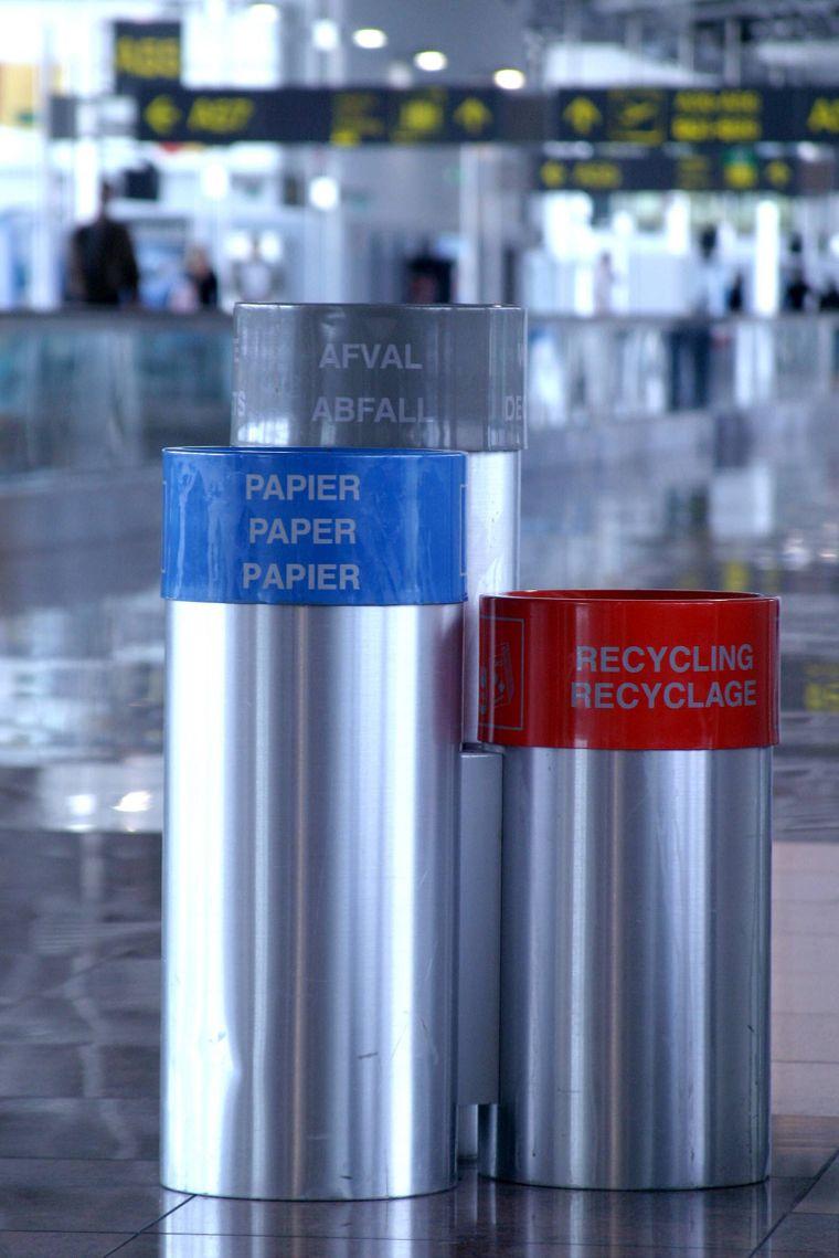 Nimm deinen Müll mit und wirf ihn am Flughafen weg – die Airlines selbst recyceln kaum.