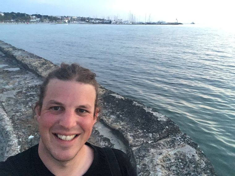 """Das letzte Selfie am Wasser. Ganz einfach ist der Abschied von """"Malle"""" nicht."""