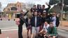 Joe McGrath (Mitte) machte Urlaub mit neun völlig Fremden auf Mallorca.
