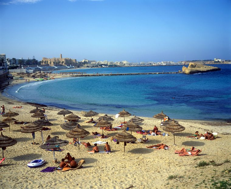 Monastir in Tunesien punktet bei Urlaubern mit der Medina – und mit dem Strand. Wenn du bei der Hitze durstig wirst, keine Sorge. Das Wasser kostet nur 22 Cent.