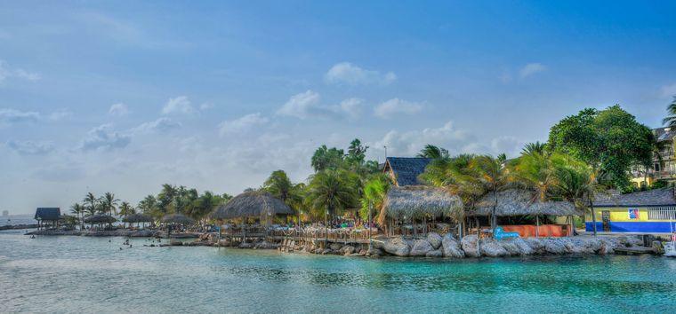 Die Lagunen und Buchten von Curaçao bieten nicht nur zahlreiche Bademöglichkeiten, auch Wassersportfans kommen auf ihre Kosten.