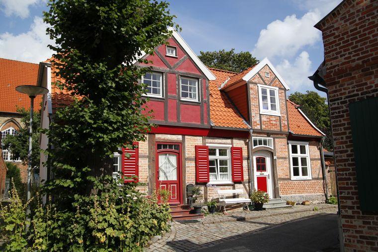 Der Ortskern von Travemünde wird dominiert von Backsteinhäusern.